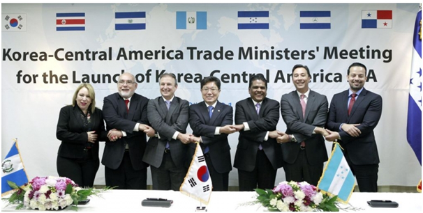 The former Trade minister Yoon Sang-jick (center) joins hands with his counterparts from six Central American countries at a meeting in Houston, Texas, on June 18 in May (local time).
