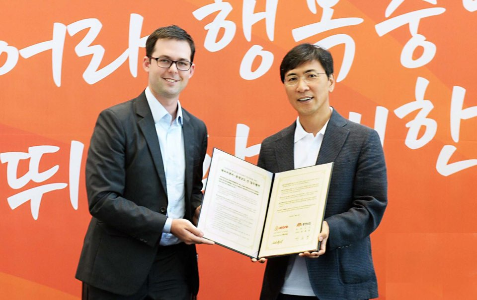Mike Orgill (L), director of public policy for the Asia Pacific region for Airbnb, and Ahn Hee-jung (R), governor of Chungnam Province, hold a signed MOU for mutual cooperation on Aug. 5, 2016 at Hongseong-gun, Chungcheongnam-do, South Korea.