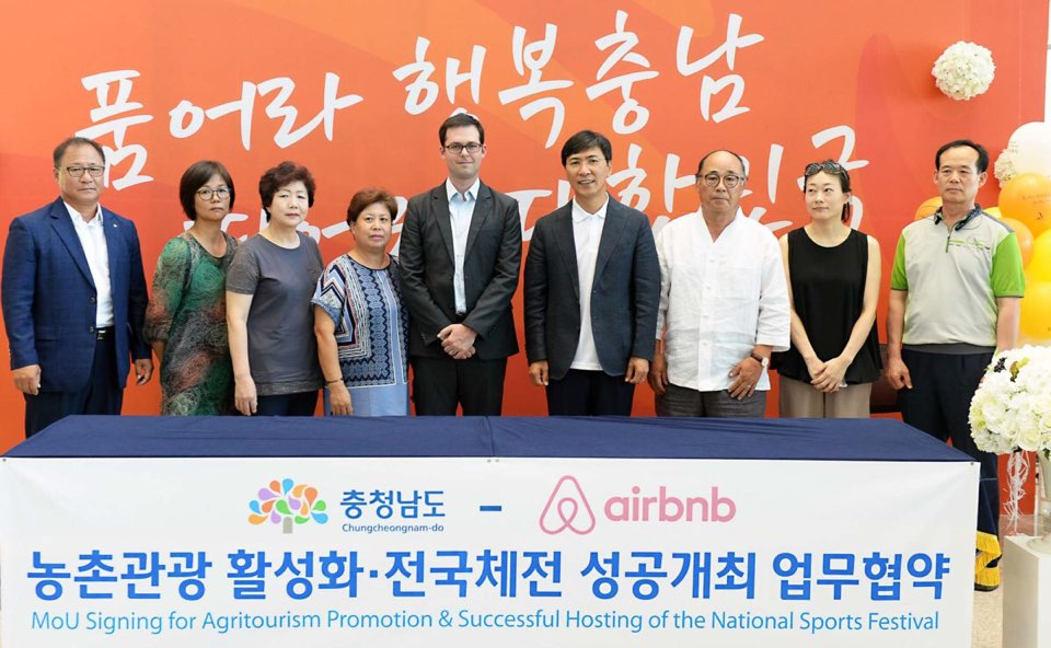 Mike Orgill (5th from L), director of public policy for the Asia Pacific region for Airbnb, and Ahn Hee-jung (6th from L), governor of Chungnam Province, pose for a photo with local bed-and-breakfast business owners on Aug. 5, 2016.