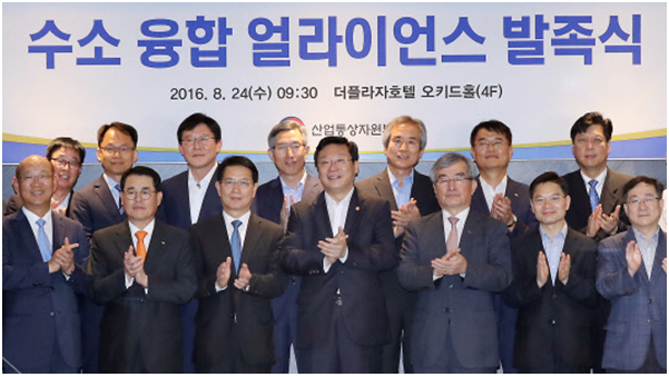 The Trade, Industry and Energy Minister Joo Hyung-hwan (fourth from right in the first row) poses with hydrogen car industry businessmen after signing an agreement during a launch event for the Hydrogen Fusion Alliance at The Plaza Hotel in Seoul, on Aug.