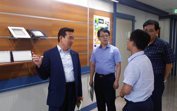 Lee Han-Cheol, Vice President of Regional Head Office of SBC, visited EGM Tech in Gumi on Aug 9 and heard about the challenges facing the company.