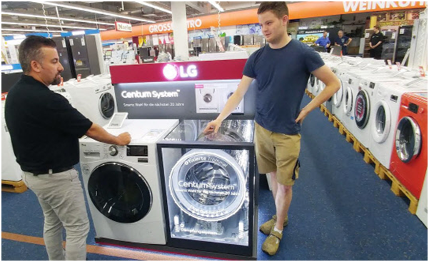 A customer is checking a drum washing machine based on the Centum System which realizes low vibration and high efficiency at a home electronics store in Berlin, Germany.