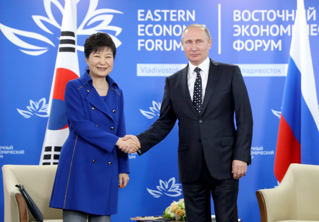 South Korean President Park Geun-hye and Russian President Vladimir Putin held the summit at the Far Eastern Federal University in Vladivostok, Russia on Sept. 3 (local time).