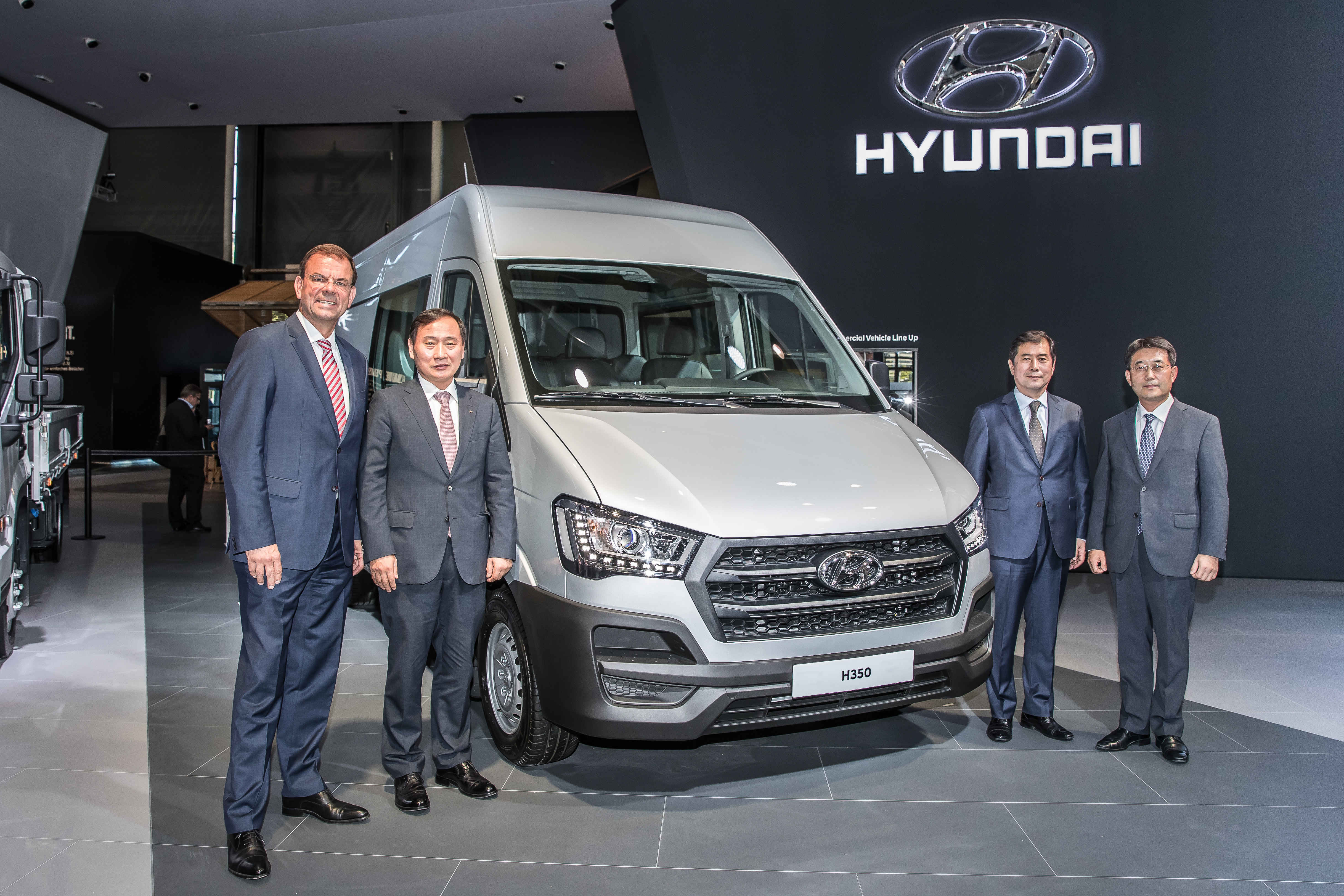 Markus Schrick, managing director of Hyundai Motor Germany, far left, and President Han Seong-kwon, head of commercial business division at Hyundai Motor, second from left, pose for a photo in front of the H350 Fuel Cell Concept at the 2016 IAA Commercial