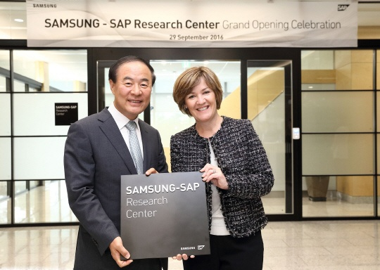 Jeon Yeong-hyeon (left), president of Samsung Electronics's Memory Business Division, poses with Adaire Fox-Martin, president of SAP Asia Pacific Japan (APJ) after the opening ceremony for the Samsung-SAP Research Center on September 29.