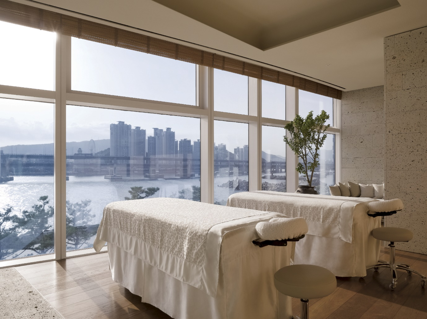 "Lumi Spa at Park Hyatt Busan presents the ""Rescue Package,"" which is a special solution for dry and sensitive skin due to cold weather, from November to December."