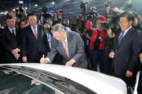 Hyundai Motor Group Chairman Chung Mong-koo signs the first Verna model manufactured in the company's Changzhou plant during a ribbon-cutting ceremony on Oct. 18.