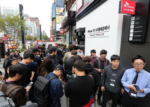 Korean consumers lined up in front of the store to purchase the iPhone 7, which has been known to have lower performances than those released in other countries.