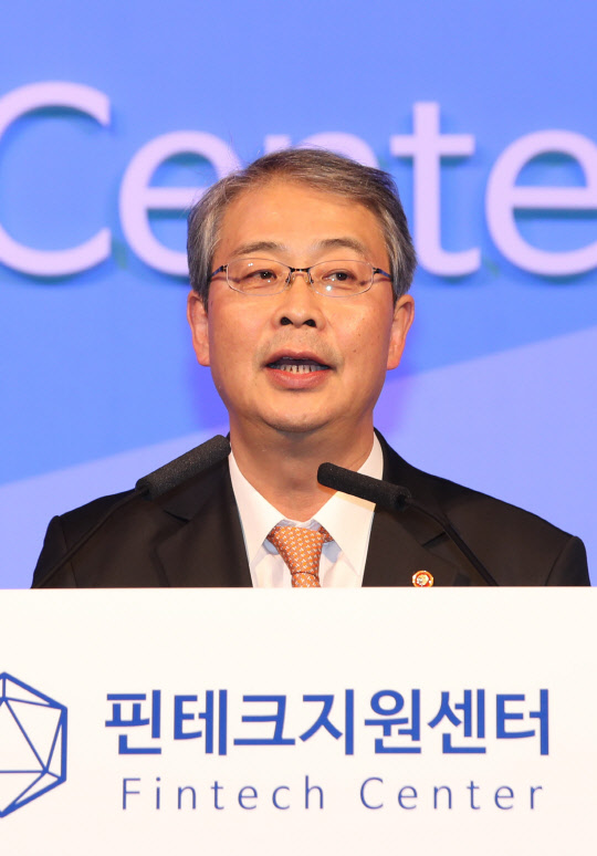 Yim Jong-yong, chairman of the Financial Services Commission (FSC) is delivering a congratulatory message in the 12th Fintech Demonstration Day held at Nine Tree Convention in Seoul on October 24.