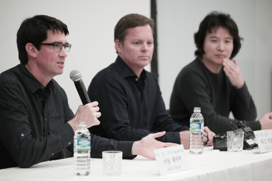 Officials of Samsung Electronics and Viv Labs hold a press conference at the Samsung head office in Seoul on Nov. 4. From right: Samsung Electronics Vice President Rhee In-jong, Viv Labs CEO Dag Kittlaus and CTO Adam Cheyer.