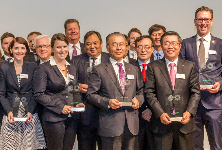 Jeong Yong-sung, vice president of LG Innotek's Electronic Component Division (in middle of the front row), is posing for a photo shoot after winning the