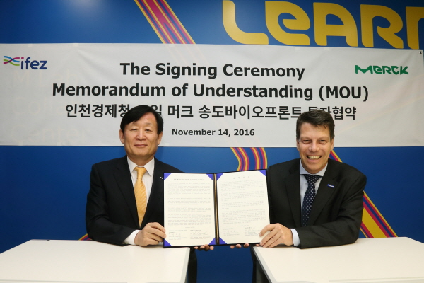 Lee Young-Geun, the commissioner of the IFEZ (right), and Merck Korea Managing Director  Michael Grund pose at the MOU signing ceremony.