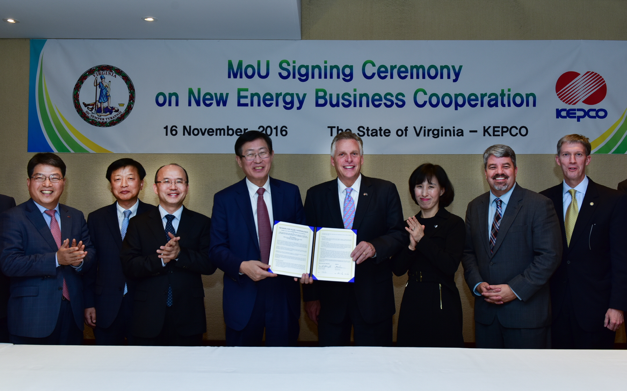 KEPCO president Cho Hwan-ik (fourth from left) and Virginia Governor Terry McAuliffe pose after signing an MOU with the State of Virginia on new energy business cooperation at the Grand Hyatt Seoul on November 16.