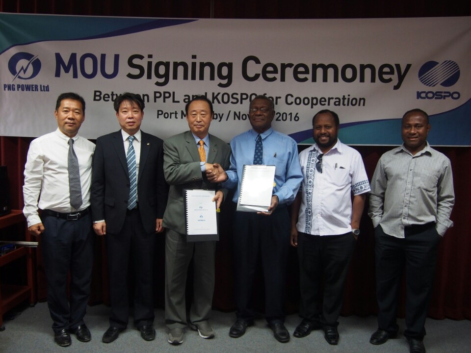KOSPO President Yoon Jong-geun (third from left) signs a MOU with Papua New Guinea's PNG Power CEO Chris Bais (fourth from left).