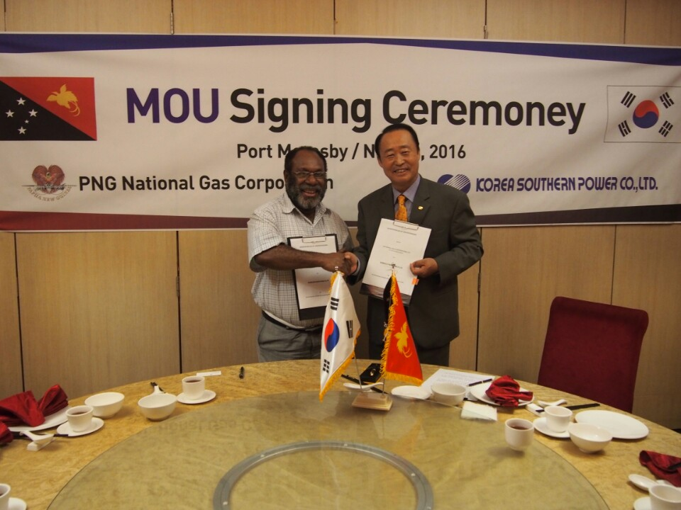 KOSPO President Yoon Jong-geun (right) signs a MOU with Papua New Guinea's PNG National Gas Corp. Vice President Valentine Kambori (left).