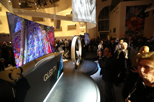 The Samsung QLED TV is unveiled at the Keep Memory Alive Event Center in Las Vegas on Jan. 3 (local time), just ahead of the Consumer Electronics Show (CES) 2017.