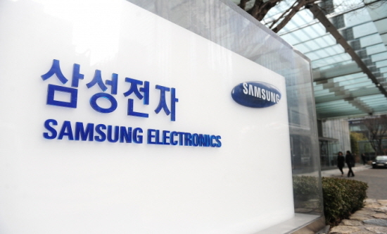 Samsung Electronics' operating profit in the fourth quarter last year is estimated at 9.2 trillion won (US$7.72 billion), up 49.84 percent from the same period of 2015.
