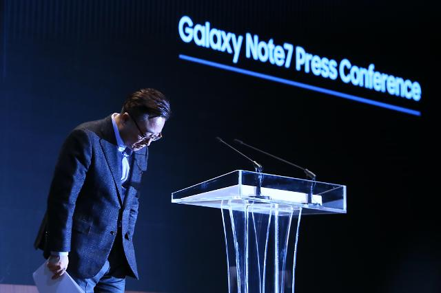 Koh Dong-jin, president of mobile communications at Samsung Electronics is bowing to the press before announcing the results of its probe of the causes of fire cases involving the Galaxy Note 7 at its head office in Seoul's Seocho-dong on January 23.