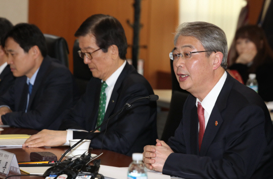 Financial Services Commission Chairman Yim Jong-yong (right) presided over a meeting in Seoul with organizations planning to take part in the Stewardship Code.