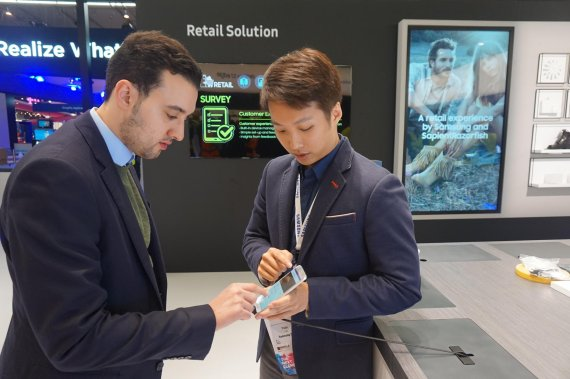 Samsung SDS' employees demonstrate its innovative artificial intelligence (AI) based chatbot retail system at the MWC 2017.