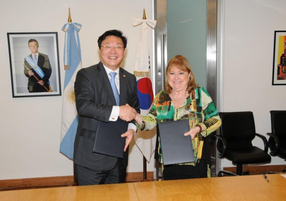 S. Korea's trade and industry minister Joo Hyung-hwan shake hands with Argentina's Production Minister Francisco Cabrera on March 3 after signing an MOU for a trade and investment dialogue channel between S. Korea and Argentina.