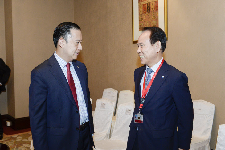 KOMIPO President Chung Chang-kil, right, meets with Tom Lembong, chairman of the Indonesia Investment Coordinating Board.
