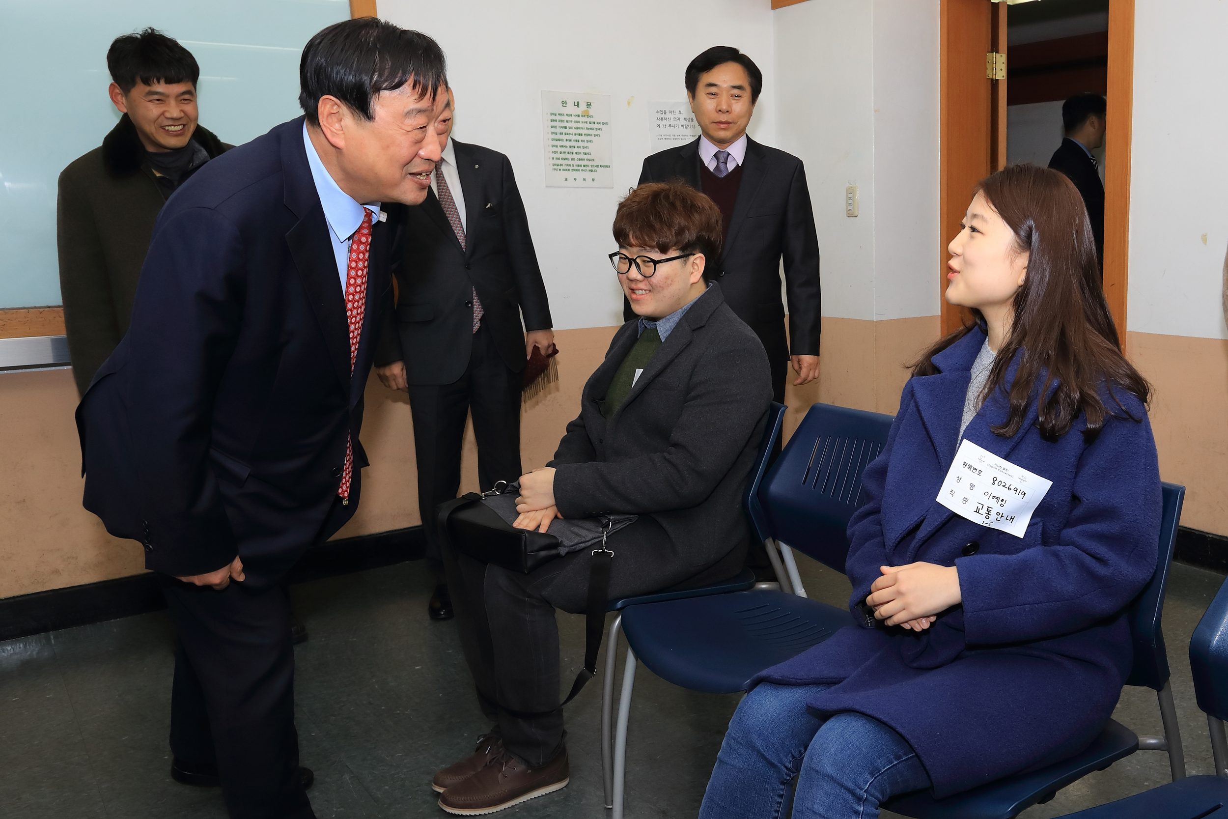 POCOG President Lee Hee-beom meeting the volunteer candidates in January 2017.