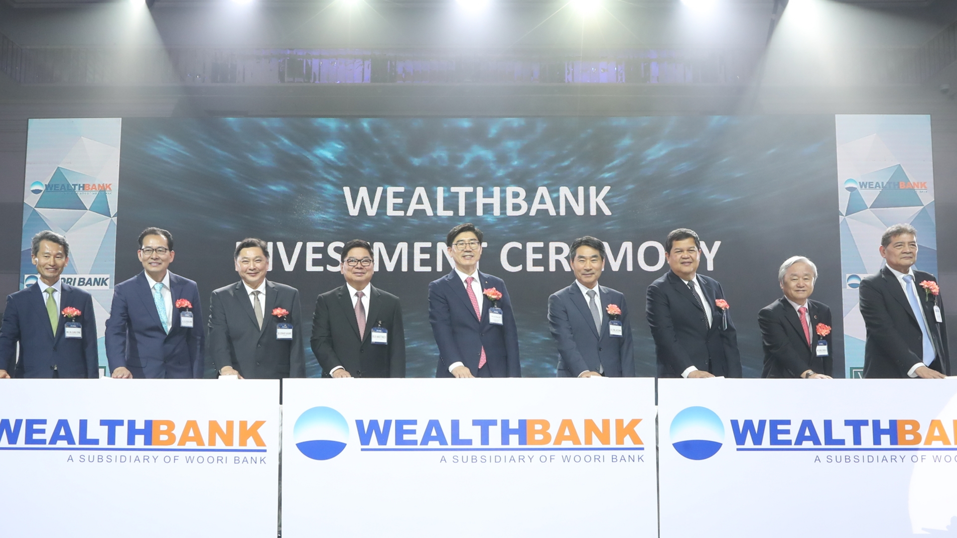 Lee Kwang-gu (5th from the left), CEO of Woori Bank is posing for a photo shoot with VIPs including Amando M. Tetangco, Jr. with the President of the Philippine Central Bank (4th from the left) in a ceremony in honor of its investment in Wealth Developmen