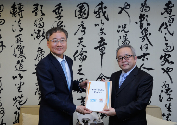 KRX CEO Jeong Chan-woo (left) visited the Taiwan Stock Exchange on March 20 and met with its chairman Shih Jun-ji to discuss joint stock index development.