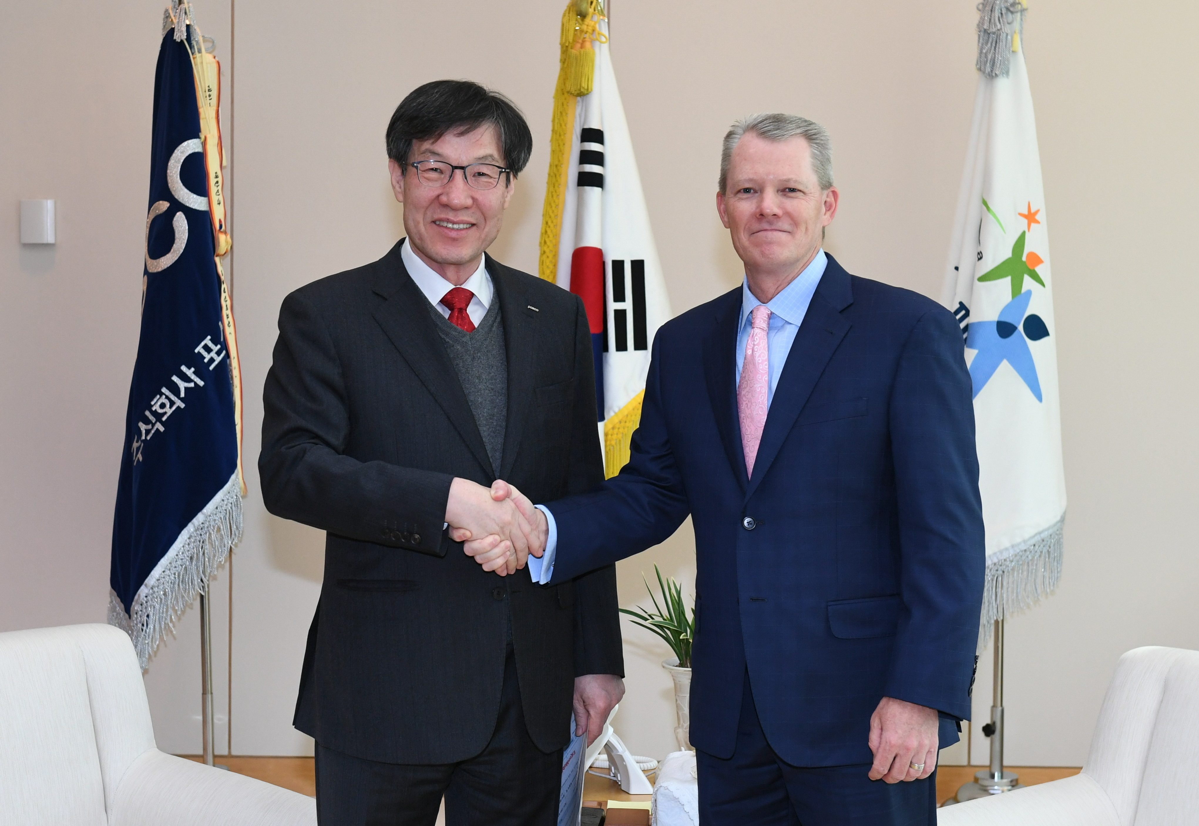POSCO chairman Kwon Oh-joon (left) met Tom Schuessler, president of ExxonMobil who visited the POSCO Center in Seoul on March 22, and discussed ways to cooperate for creation of the synergies of both companies.