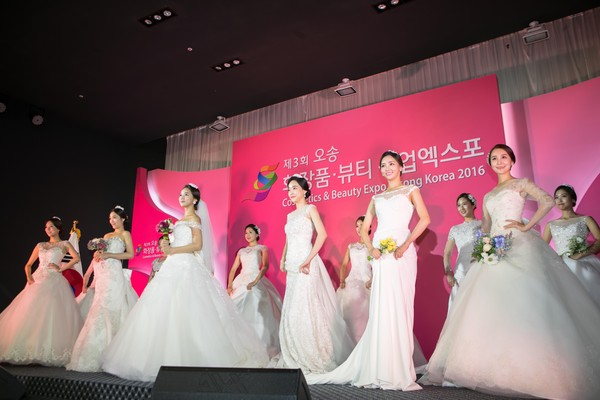 "North Chungcheong Province chose ""Coloring the World with K-Beauty"" as the official slogan of the Osong Cosmetics & Beauty Expo 2017."