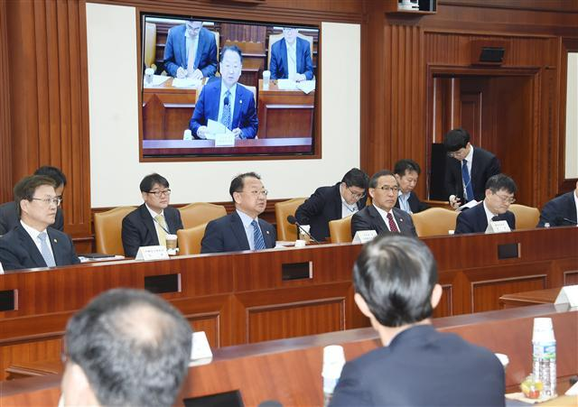 Deputy Prime Minister for Economy Yoo Il-ho presides over a ministerial meeting to discuss measures to nurture startups, which was at the Seoul government complex in Seoul on April 5.
