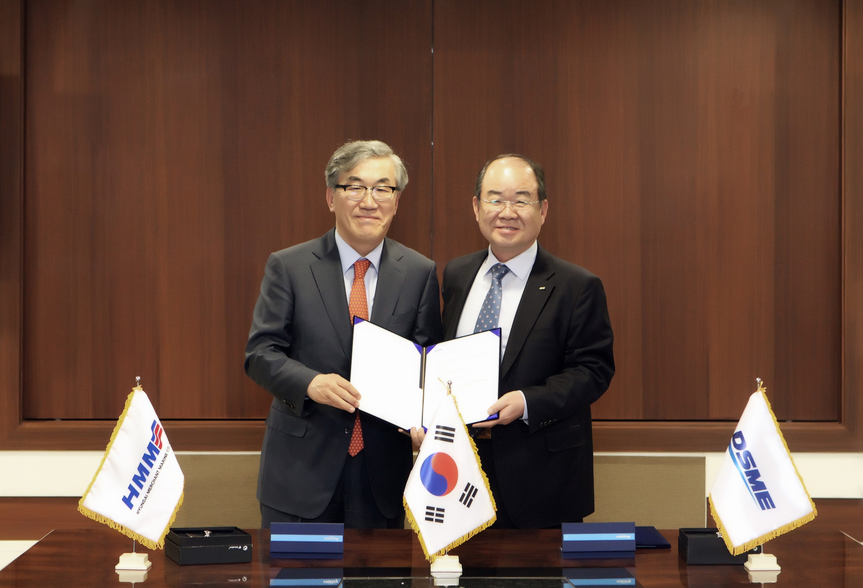 Jung Sung-rip (right), president of DSME and Yoo Chang-geun, president of HMM are posing for a photo shoot after signing a letter of intent to build a super-sized oil tanker at the Daedong building of DSME in Seoul on April 7.