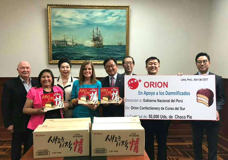 Peruvian Vice President Merzedes Araoz (4th from left) and Lee Kyu-hong (5th from left), vice president of Orion in the Orion Relief Goods Delivery Ceremony.