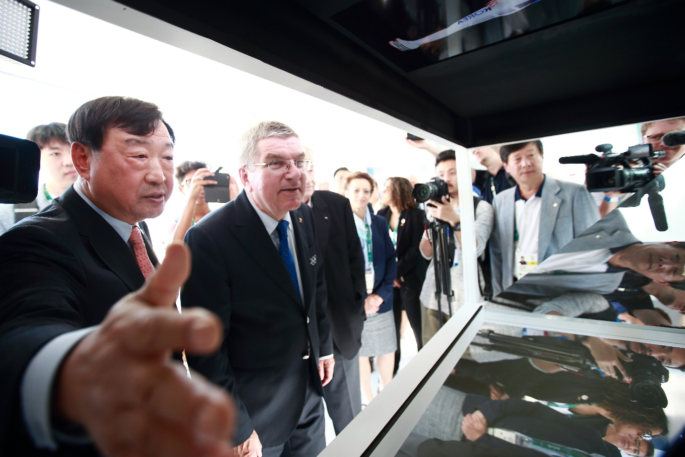 Thomas Bach, President of the IOC, is listening to the explanation by Lee Hee-beom, chairman of the Pyeongchang Olympics Organizing Committee.