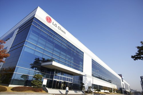 LG Chem plans to issue 800 billion won (US$713.01 million) of corporate bonds to expand production facilities at home and abroad and pay back its short-term debts.