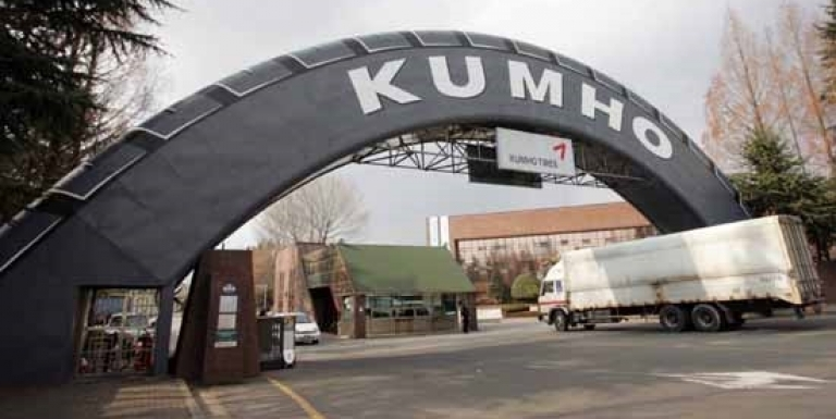 Negotiations between Korea Development Bank (KDB), the major creditor of Kumho TIRE, and Chinese tiremaker Doublestar on the Korean tiremaker have been stopped.