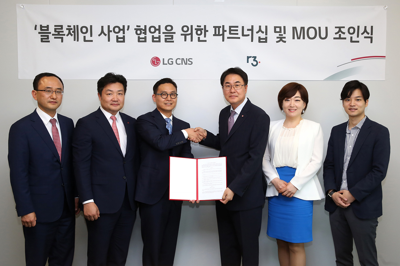 Ha Jae-woo (left), a director of Asia Pacific at R3 and Kim Hong-keun (right), an executive director at LG CNS's Financial Business Division.
