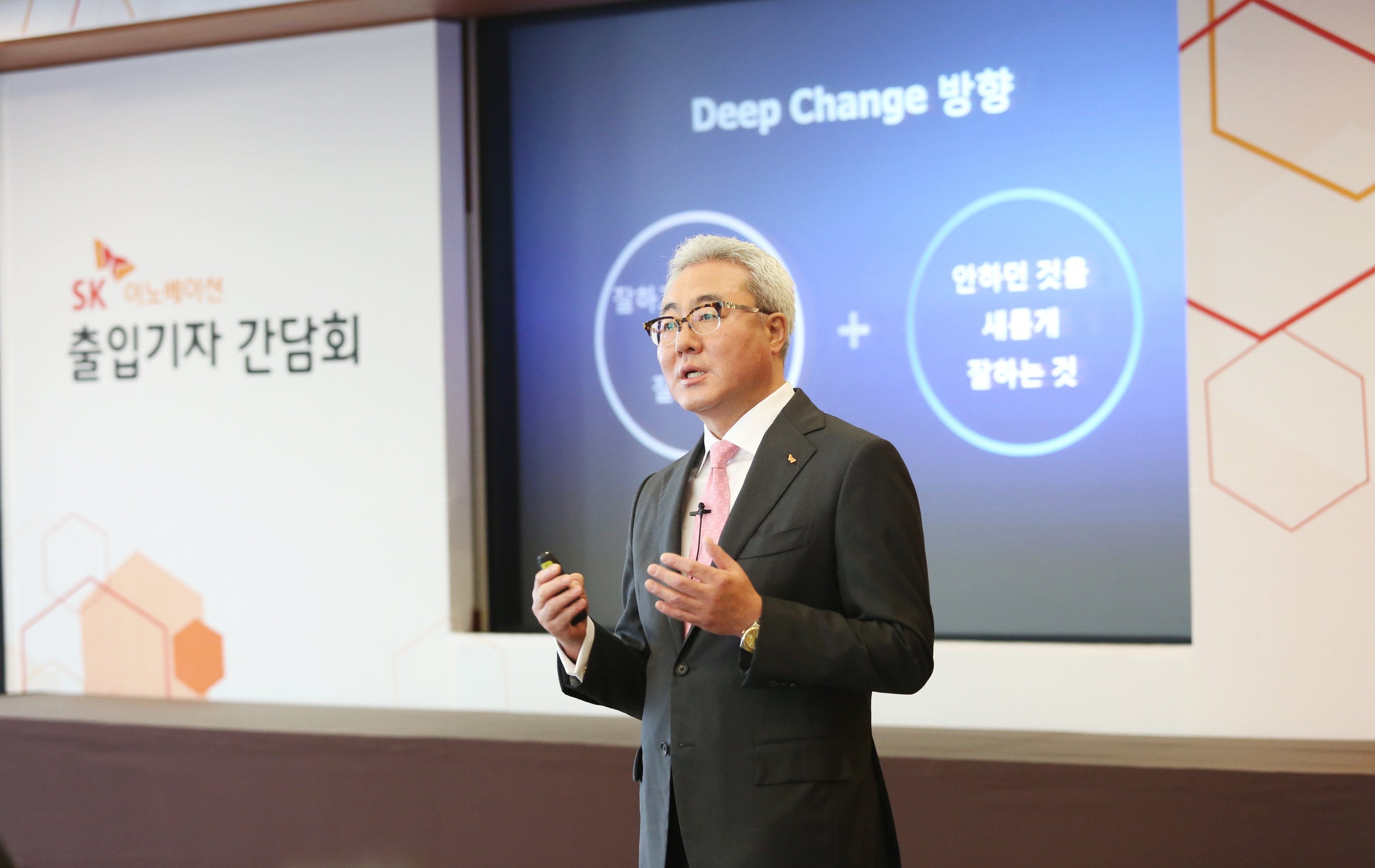 SK Innovation president Kim Jun said that the company plans to expand its share of the global battery market to 30 percent by 2025 at a press conference at the SK headquarters in Seoul on May 30.