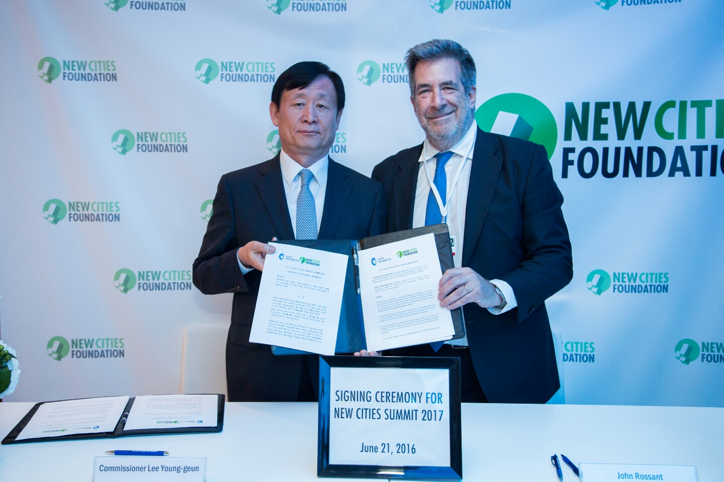 IFE Commissioner Lee Young-geun posed for a picture after Songdo was selected as the host city of New Cities Summit 2017.