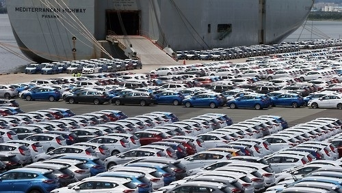 The decrease in domestic sales and overseas shipments of cars in May hit a record high for the year.