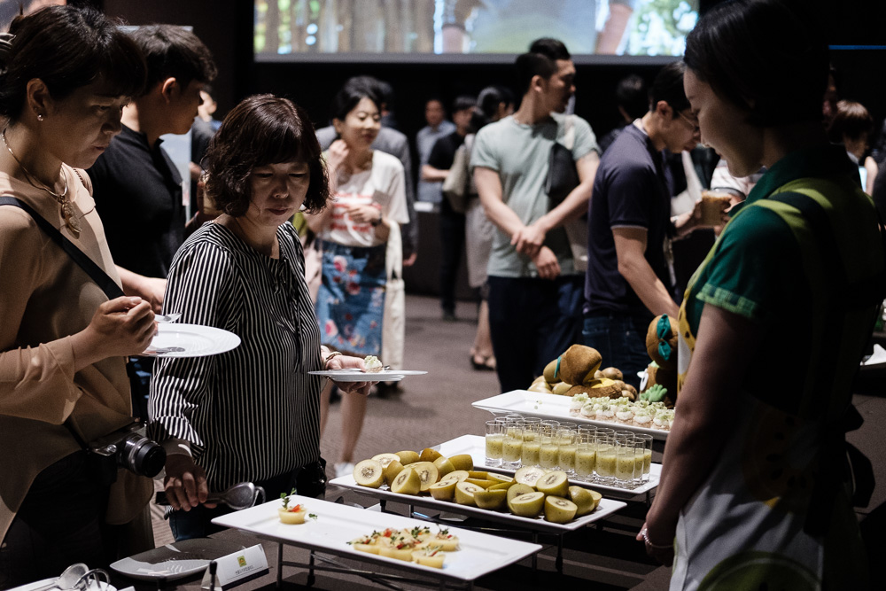 Visitors enjoy a selection of New Zealand foods featuring kiwi at the New Zealand Food Connection 2017 on May 30 at the Plaza Hotel Seoul.
