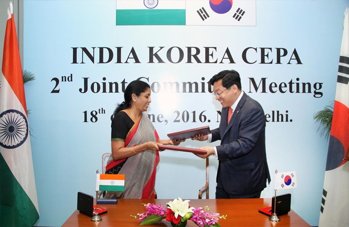 Korean trade minister Joo Hyung-hwan and his Indian counterpart Nirmala Sitharaman agreed to revise the Korea-India trade agreement at the CEPA meeting held in New Delhi, India on June 19 (local time) in 2016.