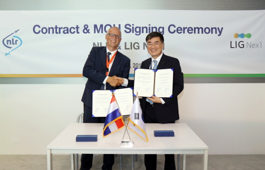 Kwon Hee-won, CEO of LIG Nex1 (right) and Michel A.G. Peters, CEO of NLR of the Netherlands signed an MOU on the development of a fighter-mounted training system at the Paris Air Show in France on June 19, 2017.