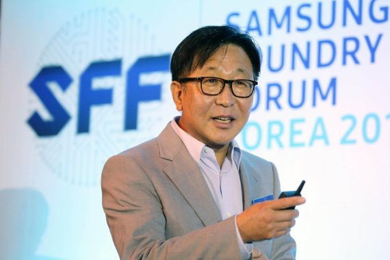 "Jung Eun-seung, vice president of Samsung Electronics's foundry business, is giving a greeting to attendees at the ""Samsung Foundry Forum Korea 2017"" in Seoul on July 11."