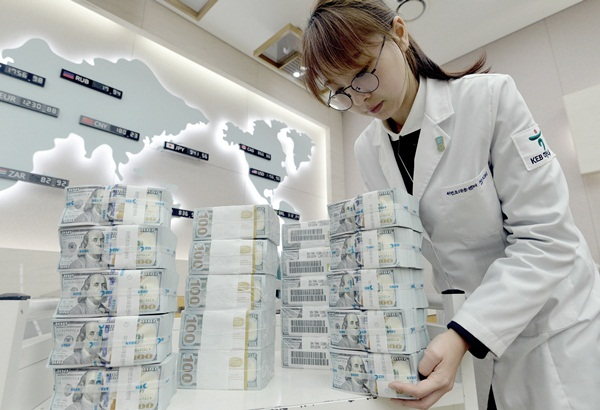 Deposits of foreign currency securities of residents in Korea increased to US$33.4 billion as of the end of last month, up 15.8% from the end of last year.