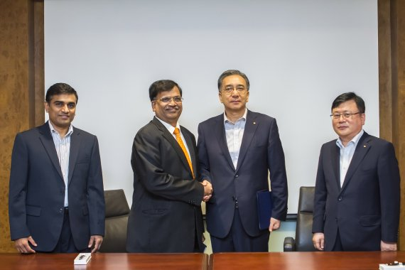 Daewoo International Corporation ( POSCO Daewoo) President Kim Yeong-sang (2nd from right) poses for a photo while shaking the hand of DKA Agarwal, CEO of the PET business of Indorama Ventures. It is unclear what the handshake signifies.