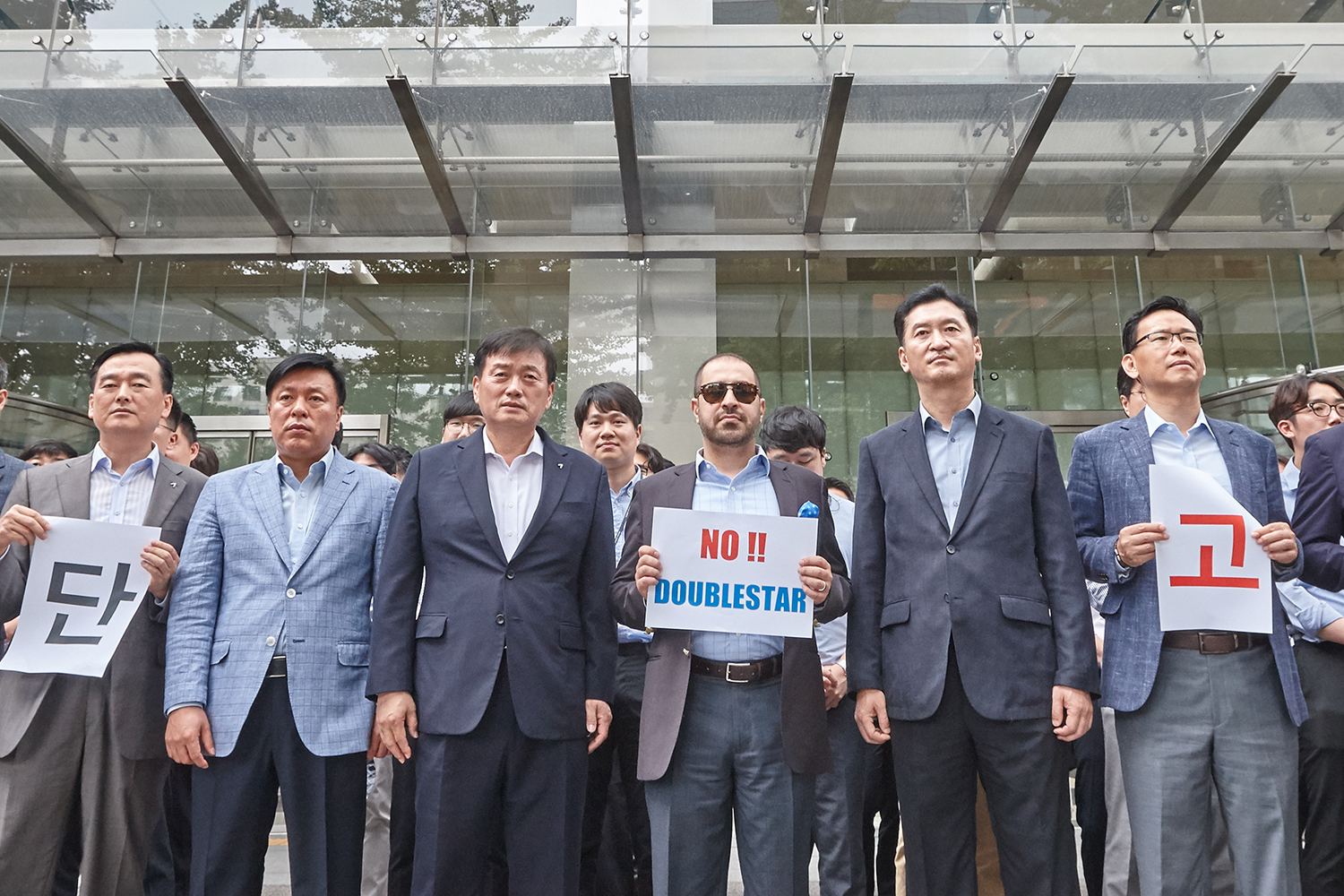 Kumho Tire's sales force and overseas buyers they held a silent protest against the problematic sale of the company to Doublestar in front of Kumho Asiana Main Building in Gwanghwamun, Seoul on August 8.