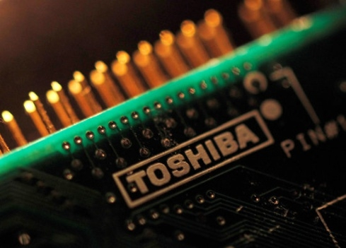 The reason for Toshiba's delay of a formal contract with the Korea-US-Japan Alliance is reportedly due to a litigation risk.