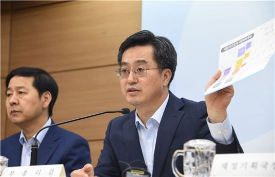 The government determined the 429 trillion won (US$381.1 billion) budget for next year during a Cabinet meeting chaired by Prime Minister Lee Nak-yon at the Government Complex Sejong on August 29.